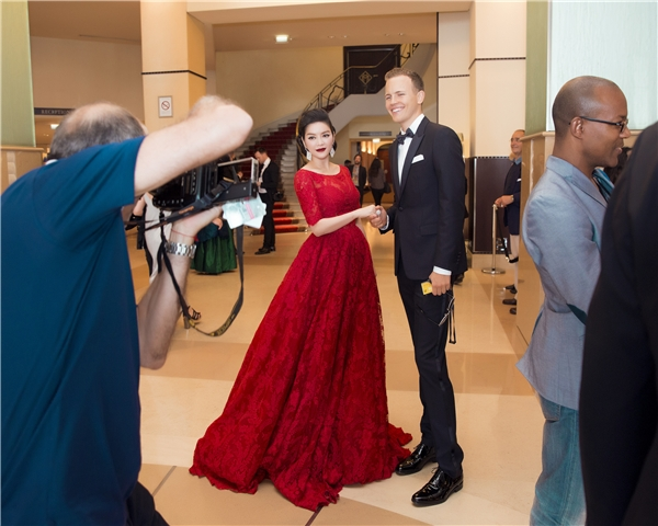 """Lý Nhã Kỳ diện váy đỏ rực """"tung hoành"""" ở Cannes"""