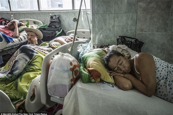 Bệnh nhân còn lại trong hành lang tại các bệnh viện quá tải ở Merida, Venezuela, trong tháng Giêng vừa qua.