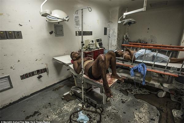 Bệnh viện Luis Razetti tại thành phố Barcelona trông giống như một khu vực chiến tranh. Anh Jose Villarroel phải chờ đợi hàng giờ trong một phòng mổ cấp cứu tháng 4 vừa qua.