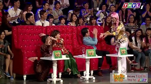 Trấn Thành - Việt Hương bị cưỡng hôn ngay trên sân khấu
