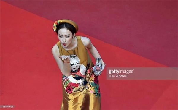 """Chính sự lựa chọn khác biệt, thông minh này giúp Angela Phương Trinh có được cơ hội xuất hiện trên khu vực quan trọng của thảm đỏ Cannes - nơi vốn chỉ dành cho những ngôi sao hạng Á của thế giới """"tung hoành"""". Theo đó, tất cả khách mời phải lùi xa về hai bên để những nhân vật được ban tổ chức lựa chọn sẽ có nhiều thời gian để giao lưu với các nhiếp ảnh gia quốc tế."""