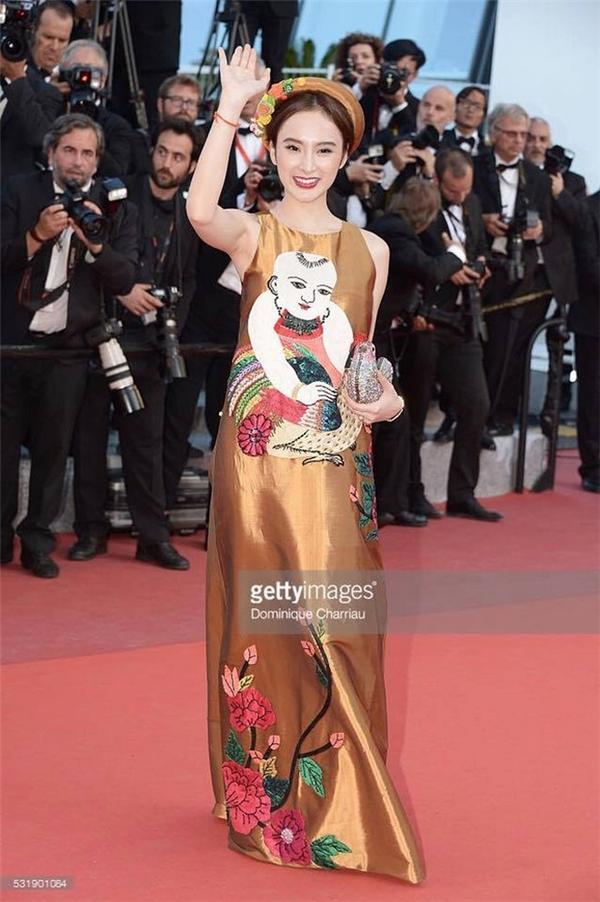 Nữ diễn viên mang vẻ đẹp của người phụ nữ cũng như văn hóa truyền thống Việt Nam để giới thiệu đến bạn bè thế giới qua chiếc váy rộng giấu đường cong có điểm nhấn là họa tiết tranh dân gian Đông Hồ.