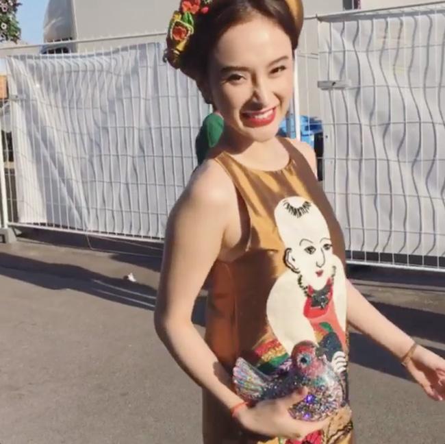 Trên thảm đỏ, Angela Phương Trinh diện bộ váy suông giấu đường cong với tông màu vàng đất ấm áp. Thiết kế tạo điểm nhấn bằng họa tiết tranh dân gian Đông Hồ. Điều này khiến khán giả vô cùng bất ngờ bởi nhiều người nghĩ Angela Phương Trinh sẽ thật hoành tráng, lộng lẫy tại Cannes 2016.