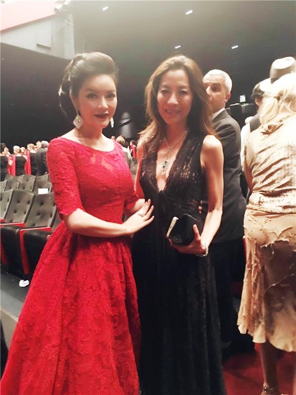 Dương Tử Quỳnh cũng là người bạn thân thiết của Lý Nhã Kỳ. Cả hai cùng chụp ảnh lưu niệm trong ngày thứ ba mĩ nhân họ Lý xuất hiện trên thảm đỏ Cannes 2016.