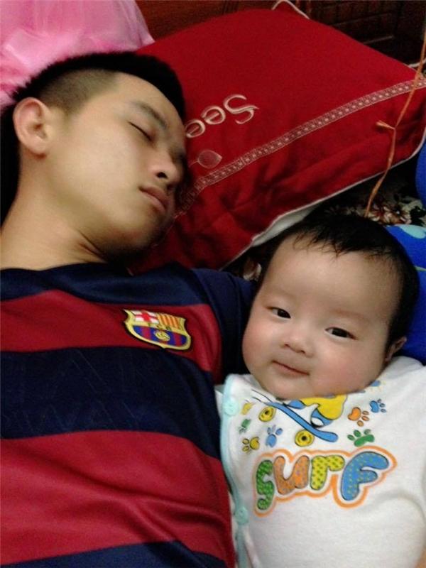 BéBon(tên ở nhà con trai củaLy - Hải)hiện đã được 5 tháng, dù sinh non nhưng cậu nhóc vô cùng dễ thương và bụ bẫm. (Ảnh: NVCC)