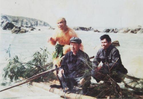Lưu Giang Phát khoe cảnh ông đóng vai Tôn Ngộ Không, đứng trên bè cũng 2 cán bộ địa phương khác