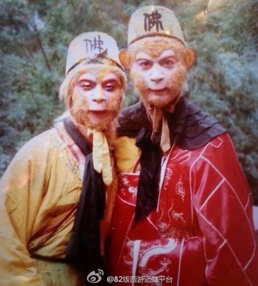 Lục Tiểu Linh Đồng đứng cạnh một diễn viên khác cũng hóa thân thành Tôn Ngộ Không để quanh tập Mỹ Hầu Vương Thật Giả.