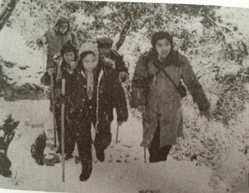 Đoàn làm phim lặn lội trong tuyết để đến địa điểm quay mới