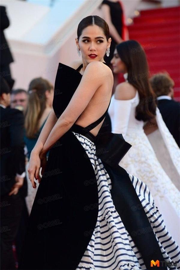 Hai tông màu trắng, đen được biến tấu khá lạ mắt qua bộ váy thứ tư mà Chompoo mang đến Cannes 2016.