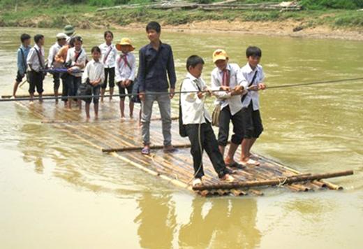 Mùa mưa lũ khiến nước sông dâng cao, việc đi bè sang sông để đến được với trường lớp trở nên nguy hiểm hơn bao giờ hết. (Ảnh: Internet)