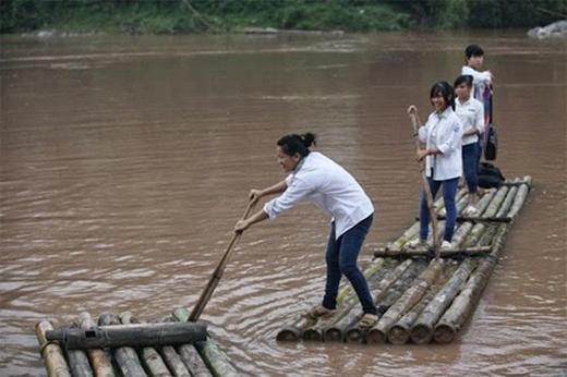 Chạnh lòng với nỗi khổ của học sinh vào mùa mưa lũ