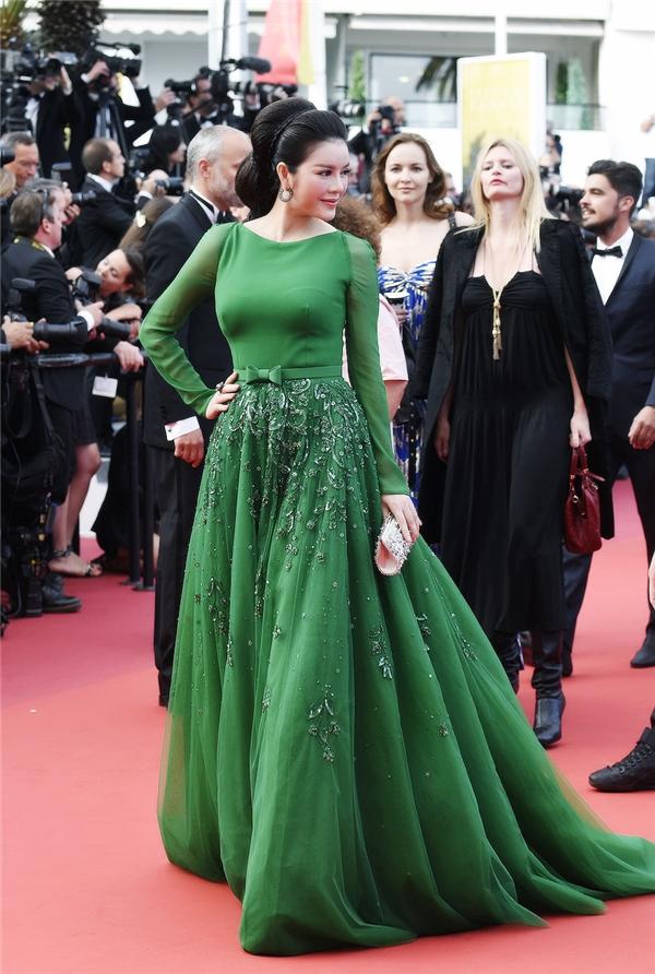 Cô diện thiết kế thuộc dòng thời trang cao cấp của thương hiệu Georges Hobeika. Bộ váy sử dụng sắc xanh ngọc lục bảo làm chủ đạo mang lại vẻ ngoài trẻ trung, nổi bật, sang trọng cho mĩ nhân họ Lý.