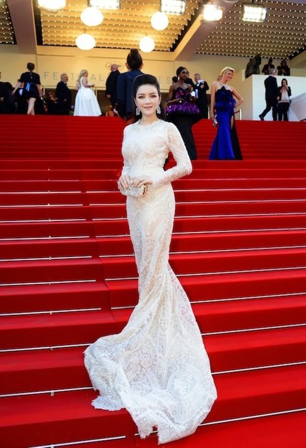 Năm 2015, gu thời trang của Lý Nhã Kỳ trên thảm đỏ Cannes được đánh giá không hề thua kém Phạm Băng Băng. Váy đuôi cá, váy tay cape được người đẹp tận dụng triệt để.