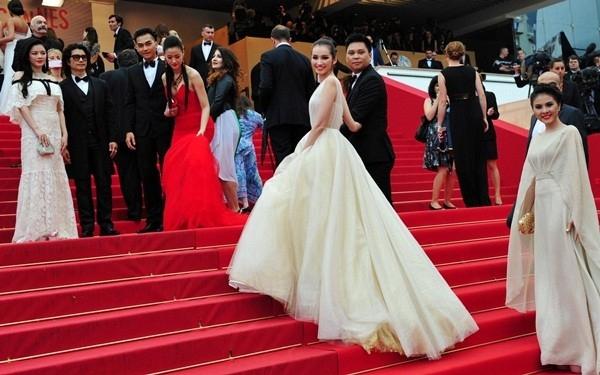 5 năm trước, Trúc Diễm từng nhận được nhiều lời khen khi diện bộ váy bồng xòe lệch vai cũng trên thảm đỏ Cannes.
