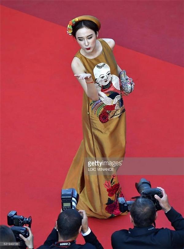 Trong ngày đầu tham dự Cannes lần thứ 69, nữ diễn viên diện bộ cánh mang âm hưởng truyền thống với họa tiết tranh dân gian Đông Hồ. Chính nét đặc trưng này giúp Angela Phương Trinh có cơ hội xuất hiện tại khu vực thảm đỏ thường chỉ dành cho những ngôi sao hạng A thế giới.