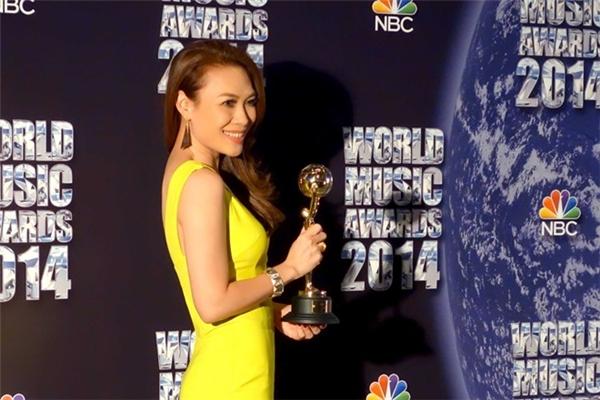 Những năm về trước, gu thời trang của Mỹ Tâm luôn bị phàn nàn. Tuy nhiên, trên sân khấu World Music Award 2014, nữ ca sĩ gây bất ngờ khi diện bộ váy màu vàng chanh ngọt ngào kết hợp những đường cắt xẻ táo bạo.