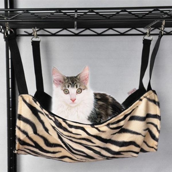 Nếu bạntưởng rằng chỉ có võng dành cho người thì sai rồi nhé.Chó mèo cũng đều có võng dành riêng cho mình đấy ạ.Sắm một chiếc võng nhỏ nhỏ, xinh xinh thế này cho thú cưng của mình bạn sẽ cần chi khoảng từ200.000 đồng trở lên. Mẫu mã và kiểu dáng của võng dành cho thú cưng cũng cực đa dạng và phổ biến.(Ảnh: Internet)