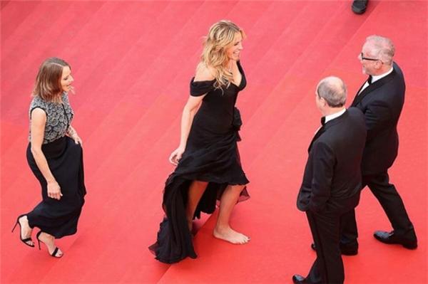 Người phụ nữ đẹp nhất hành tinh Julia Roberts đi chân trần hồn nhiên bước trên thảm đỏ. - Tin sao Viet - Tin tuc sao Viet - Scandal sao Viet - Tin tuc cua Sao - Tin cua Sao