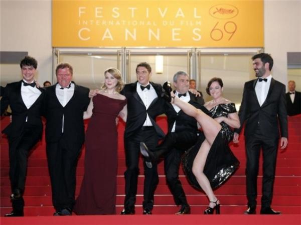 Màn tạo dáng… bá đạo của diễn viên trong phim Rester vertical (Staying Vertical) của đạo diễn Alain Guiraudie được trình chiếu tại LHP Cannes. - Tin sao Viet - Tin tuc sao Viet - Scandal sao Viet - Tin tuc cua Sao - Tin cua Sao