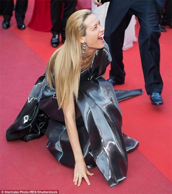 Do diện chiếc váy quá dài nên người đẹpPetra Nemcova đã không may vấp té, cô phải nhờ sự giúp đỡ của các nhân viên mới có thể đứng dậy. - Tin sao Viet - Tin tuc sao Viet - Scandal sao Viet - Tin tuc cua Sao - Tin cua Sao