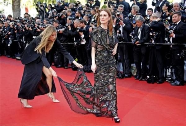 Không phải ai bước lên thảm đỏ cũng có phụ tá giúp đỡ như ngôi sao Julianne Moore, chủ nhân của giải thưởng Nữ diễn viên chính xuất sắccủa Oscar lần thứ 87 - Tin sao Viet - Tin tuc sao Viet - Scandal sao Viet - Tin tuc cua Sao - Tin cua Sao