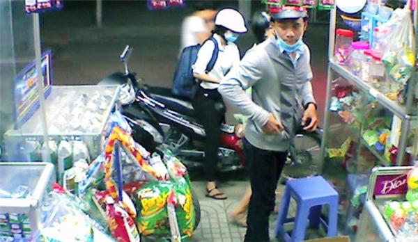 Nam thanh niên giả vờ vào tiệm của anh Thịnh mua kẹo cao su... Ảnh: Cắt từ clip