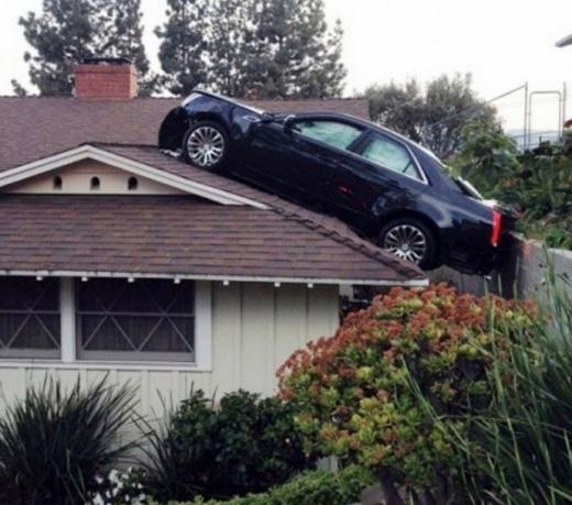 Bằng cách nào chiếc ô tô đã leo lên được mái nhà?