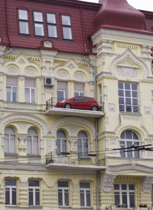 Cái gì đã đưa chiếc xe lên ban công thế này?