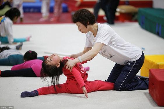Các huấn luyện viên ở Trung Quốc nổi tiếng là nghiêm khắc, thường đẩy các vận động viên nhí đến giới hạn chịu đựng.