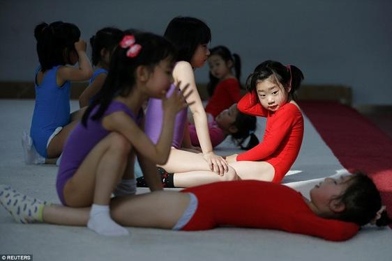 Các bé gái nằm nghỉ mệt sau khi toát mồ hôi với bài tập gập bụng.
