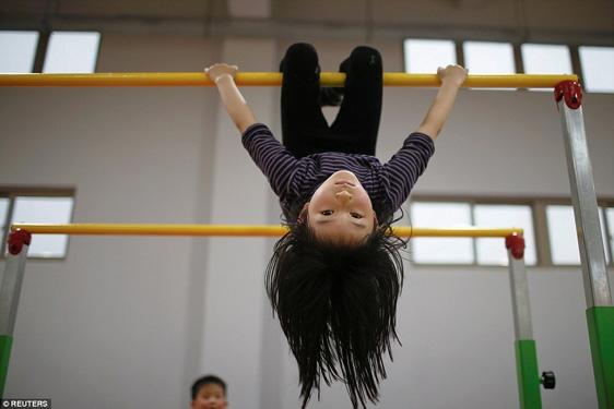 6 tuổi, trong khi các bạn đồng trang lứa còn được nâng niu trong vòng tay bố mẹ thì những vận động viên nhí này phải vắt kiệt sức trong phòng tập.