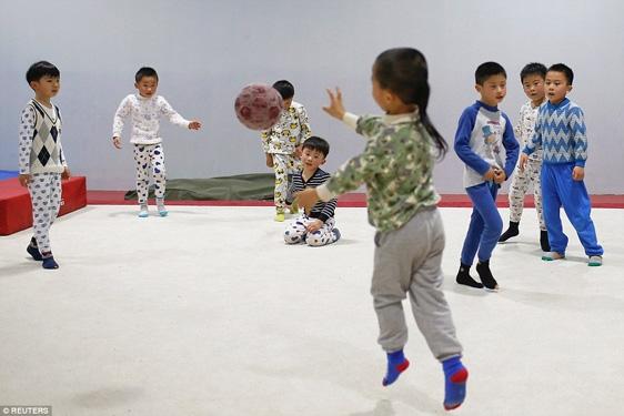 Trong giờ nghỉ, học sinh cũng phải vận động không ngừng bằng cách chơi những môn thể thao khác.