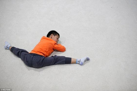 Hoặc nằm kéo giãn chân như thế này.
