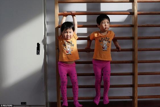 Cặp chị em sinh đôi này cùng được bố mẹ cho học thể dục dụng cụ.
