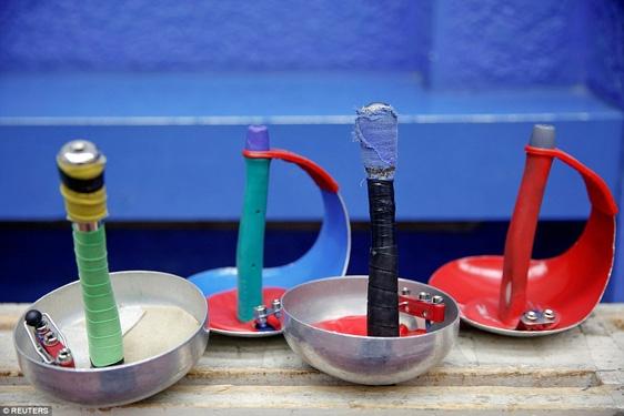 Các dụng cụ môn đấu kiếm nằm lăn lóc trên sân tập, chúng được sơn màu theo màu biểu tượng Olympic.