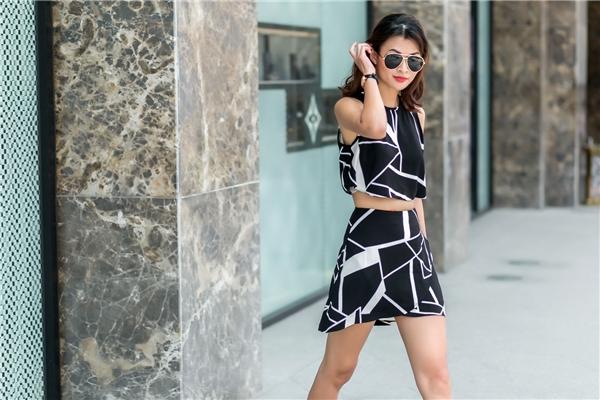 Với những cô nàng ưa chuộng vẻ ngoài gợi cảm, áo hở eo kết hợp chân váy sẽ là một lựa chọn tuyệt vời. Đường cắt chéo ở chân váy tạo nên điểm nhấn hài hòa.