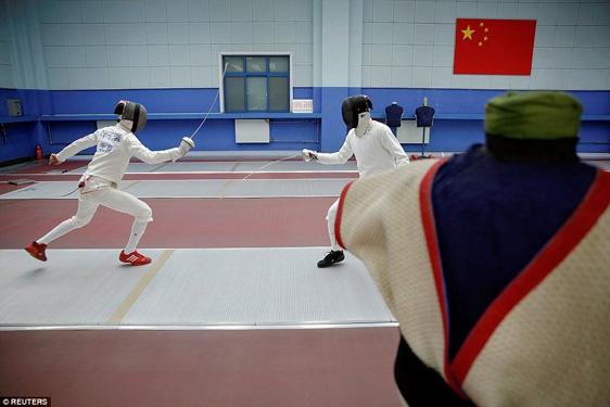 Hai học sinh miệt mài đấu kiếm. Một số trường ở Bắc Kinh cho biết họ trang bị cho học sinh những kỹ năng cần thiết cho cuộc sống của họ sau khi giải nghệ.