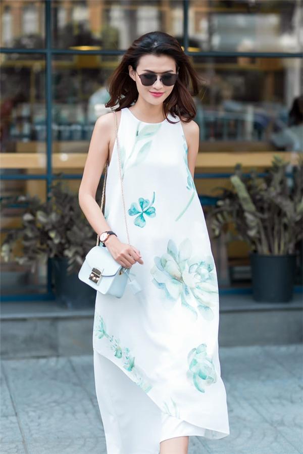 Những đường cắt bất đối xứng xếp chồng lên nhau mang lại vẻ ngoài lạ mắt hơn cho dáng váy rộng vốn được ưa chuộng trong hè.