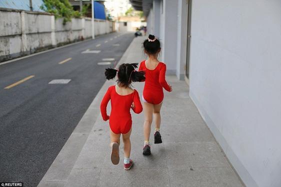 Tập xong, các em nhỏ này phải tự mình tắm rửa và thay quần áo.