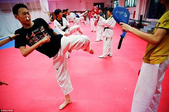 Một học sinh môn taekwondo bị chảy máu mũi nhưng vẫn phải tiếp tục tập.