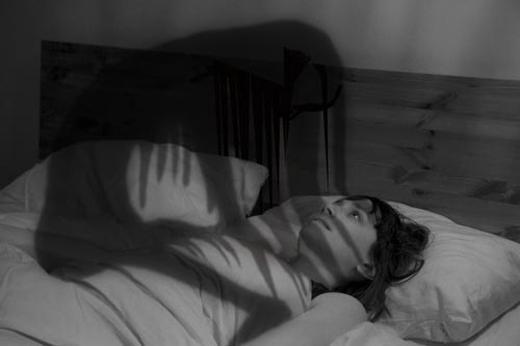 Nếunằm chungvới một con thú bông bị ám, rất có thể đêm đêm chúng sẽ leo lên người bạn để ngủ.(Ảnh: Internet)