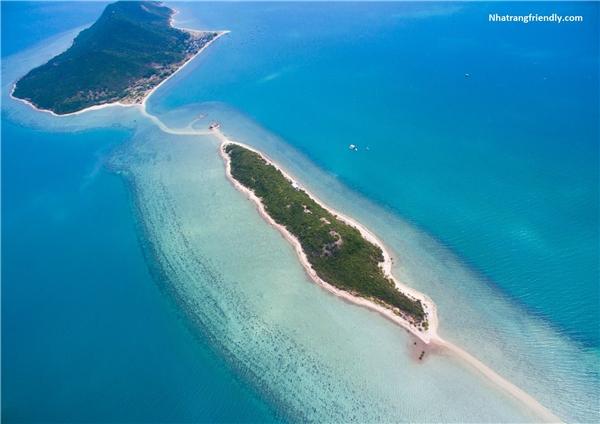 Con đường giữa biển nối 3 hòn đảo lại với nhìn từ trên cao. (Ảnh: Internet)