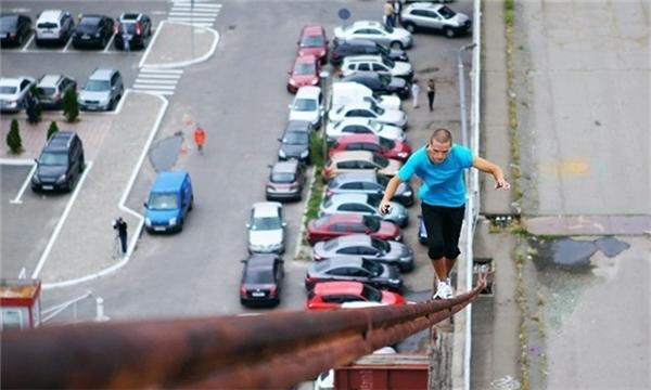 Một thanh niên đi trên dây văng mà không cần đến bất kỳ sự trợ giúp nào.