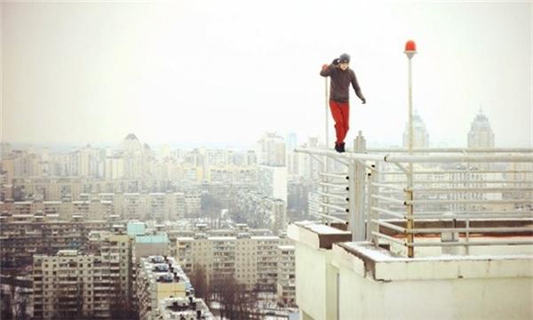 Thử cảm giác mạnh bằng việc đi trên lan can của một nóc của tòa cao ốc.