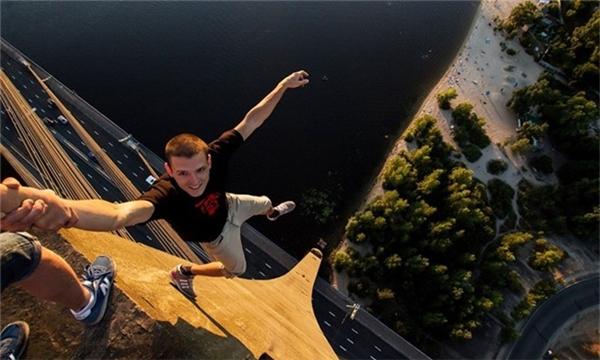 Hào hứng chia sẻ tấm ảnh chụp từ nóc của một cây cầu.