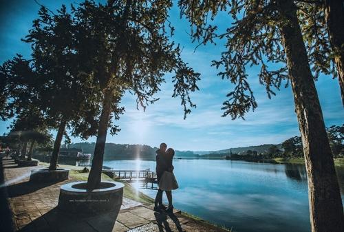 Bộ ảnh khiến người xem thích thú bởi tông màu lạnh, nổi bật trên đó là một tình yêu đầy lãng mạn. Bối cảnh là thành phố tình yêu Đà Lạt càng làm cho bộ ảnh thêm thu hút.