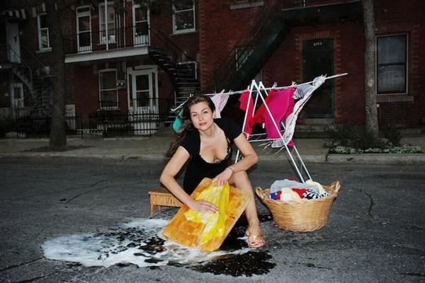 """Cái """"ổ gà"""" sâu hoắm trước nhà có thể được tận dụng để giặt đồ này. (Ảnh: Internet)"""