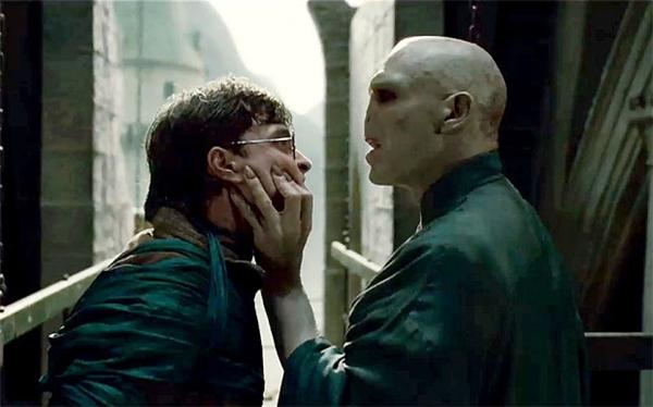 Harry Potter: Một gã đàn ông không mũi có nỗi ám ảnh bệnh hoạn với một cậu trai trong suốt nhiều năm.