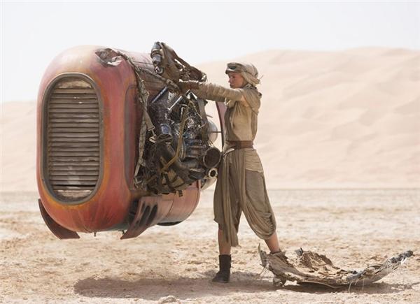 Star Wars: The Force Awakens: Một chàng trai bỏ nhà ra đi, gia nhập băng đảng, rồi bị đánh bởi cô gái nhặt rác.