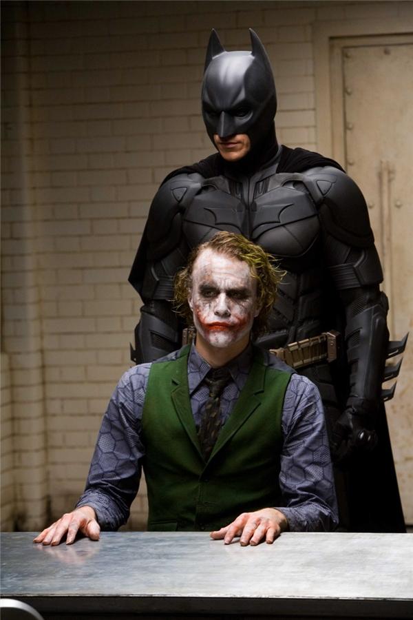 The Dark Knight: Một gã tỷ phú nướng cả gia tài vào trò cosplay và chuyên bắt nạt mấy thằng tâm thần.